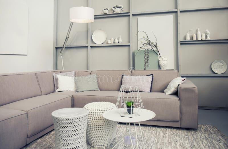 Modieuze retro woonkamer stock foto. Afbeelding bestaande uit licht ...