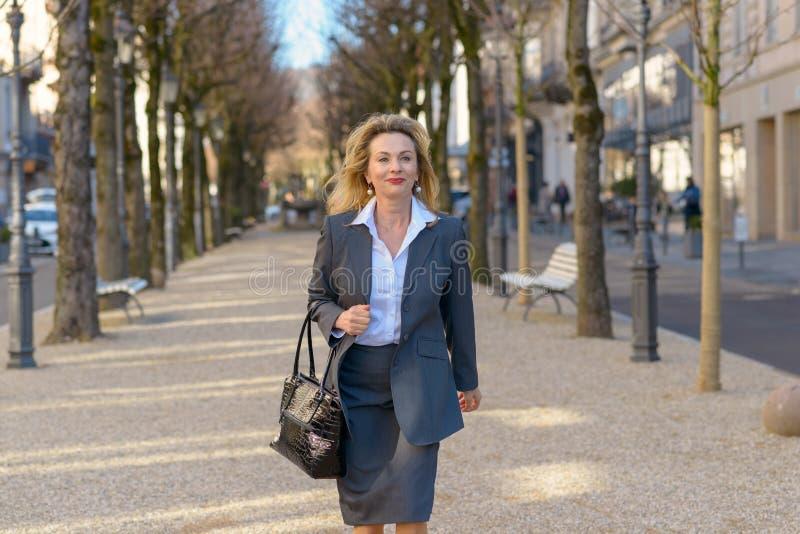 Modieuze rijpe blonde professionele vrouw royalty-vrije stock afbeeldingen