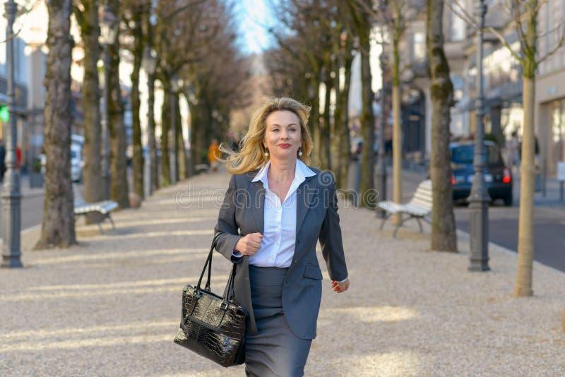 Modieuze rijpe blonde professionele vrouw royalty-vrije stock fotografie
