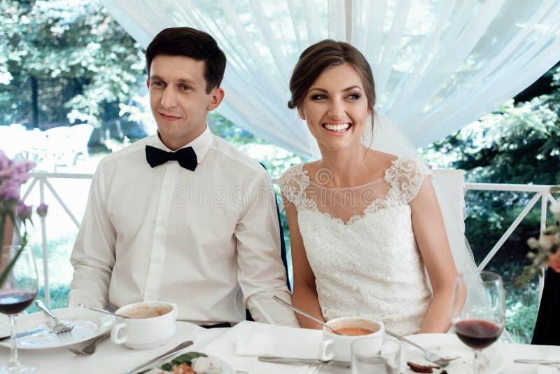 Modieuze schitterende gelukkige bruid en bruidegom die pret hebben bij huwelijksontvangst, emotioneel vrolijk ogenblik royalty-vrije stock foto's
