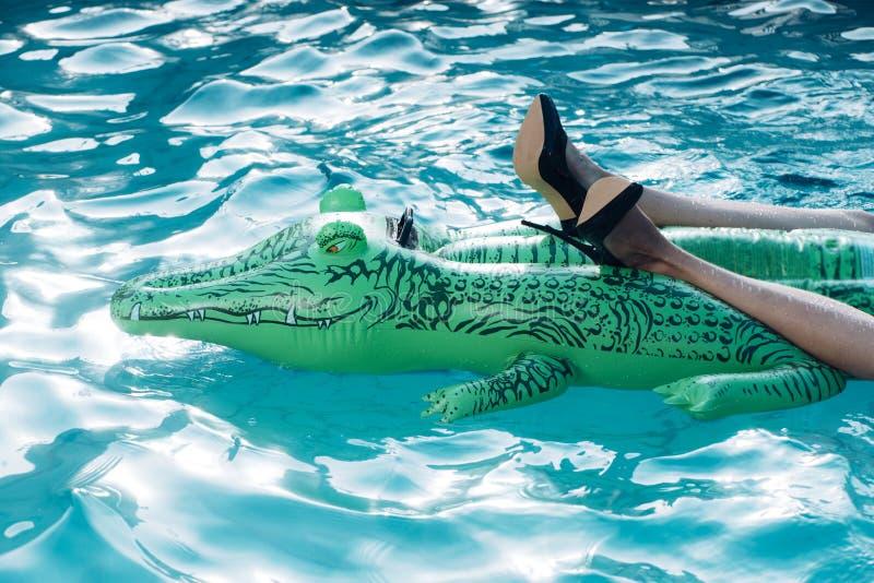 Modieuze schoen en leerproducten opblaasbare krokodil in zwembad royalty-vrije stock foto's