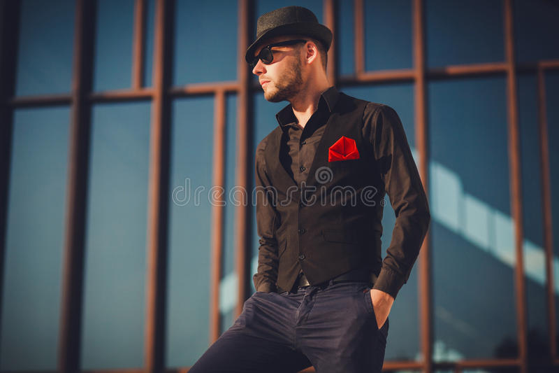 Modieuze sexy knappe mens binnen in modieuze klerenlevensstijl binnen royalty-vrije stock foto