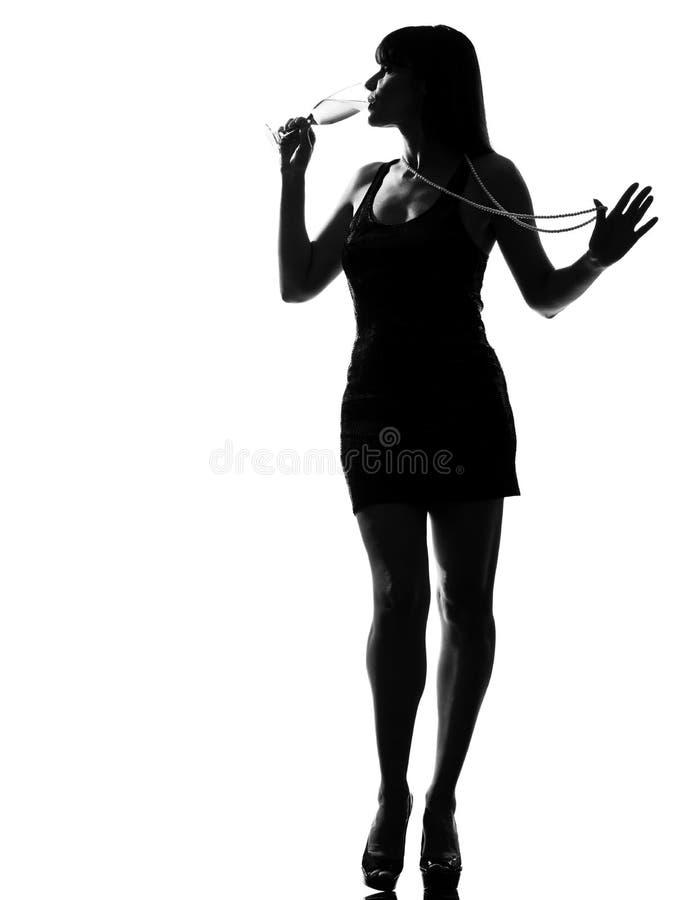Modieuze silhouetvrouw het drinken champagne royalty-vrije stock afbeelding