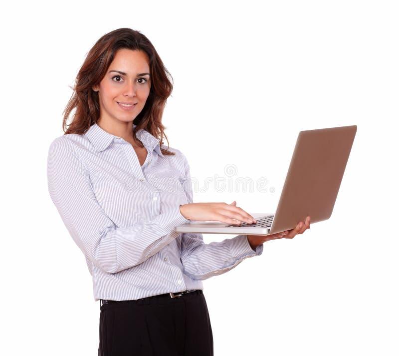Modieuze Spaanse vrouw die aan laptop werkt stock foto's