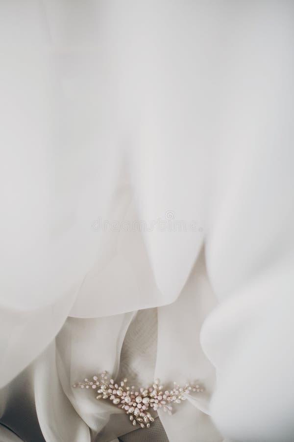 Modieuze tedere parelhaarspeld op zacht wit Tulle in ochtendlicht in hotelruimte Bruids toebehoren voor de huwelijksdag modern stock foto's