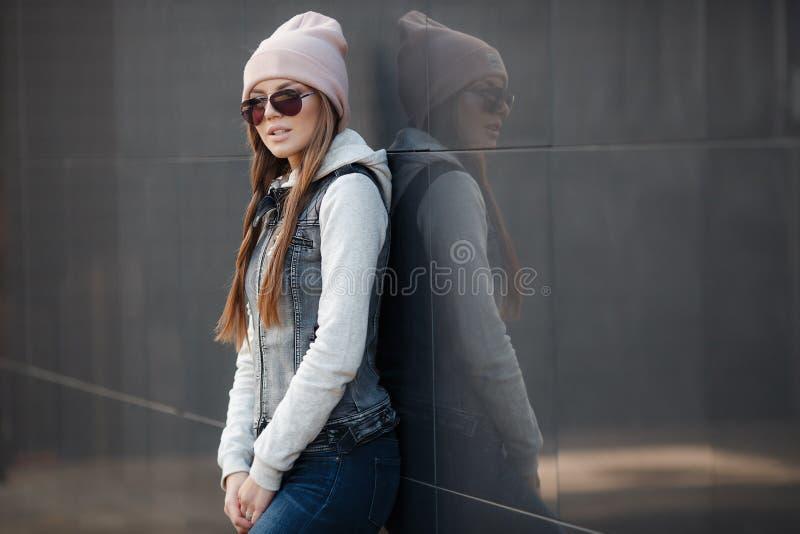 Modieuze vrouw in de stad in de herfst royalty-vrije stock foto's