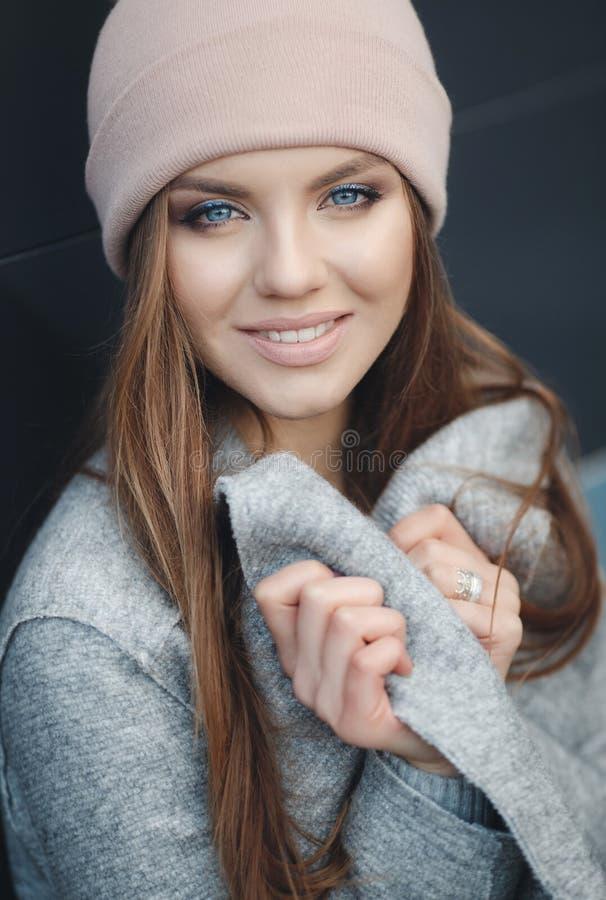 Modieuze vrouw in de stad in de herfst stock foto's