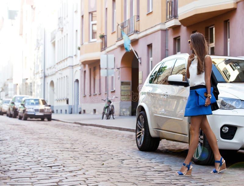 Modieuze vrouw die de straat kruisen in openlucht terwijl op reis op de EU royalty-vrije stock afbeeldingen