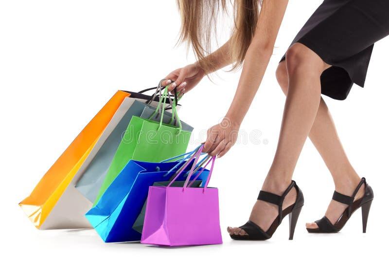 Modieuze vrouw die het winkelen zakken trekt royalty-vrije stock fotografie