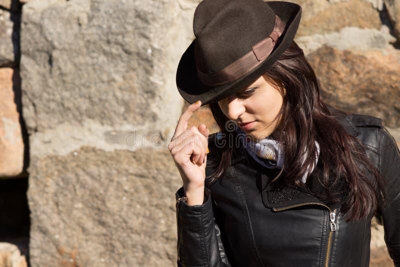 Modieuze vrouw die hoed en leerjasje dragen royalty-vrije stock fotografie