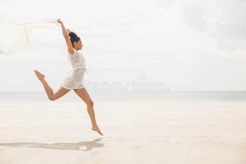 Modieuze vrouw die met sjaal springen royalty-vrije stock fotografie