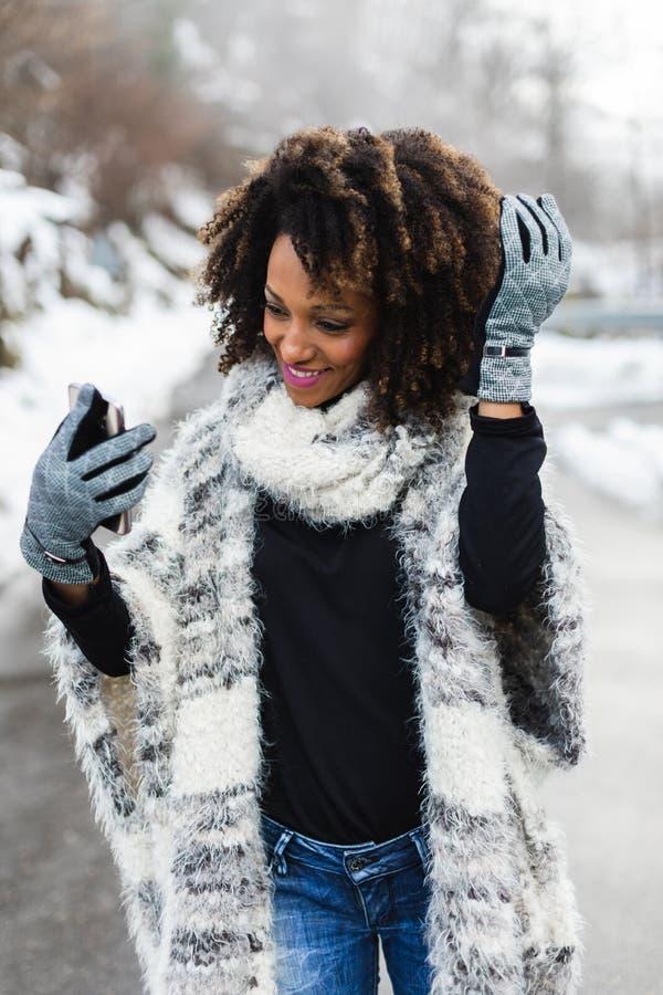 Modieuze vrouw die selfie met smartphone in de winter nemen royalty-vrije stock foto