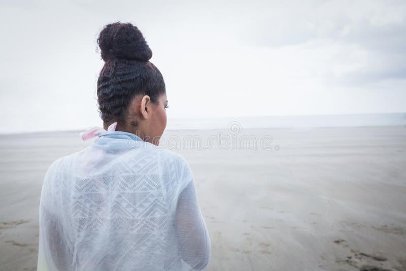 Modieuze vrouw die uit aan overzees kijken royalty-vrije stock fotografie
