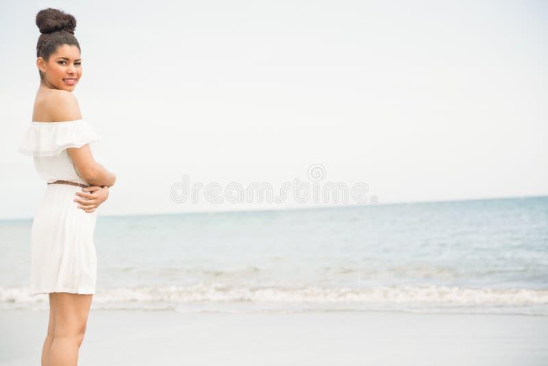 Modieuze vrouw door het overzees stock afbeeldingen