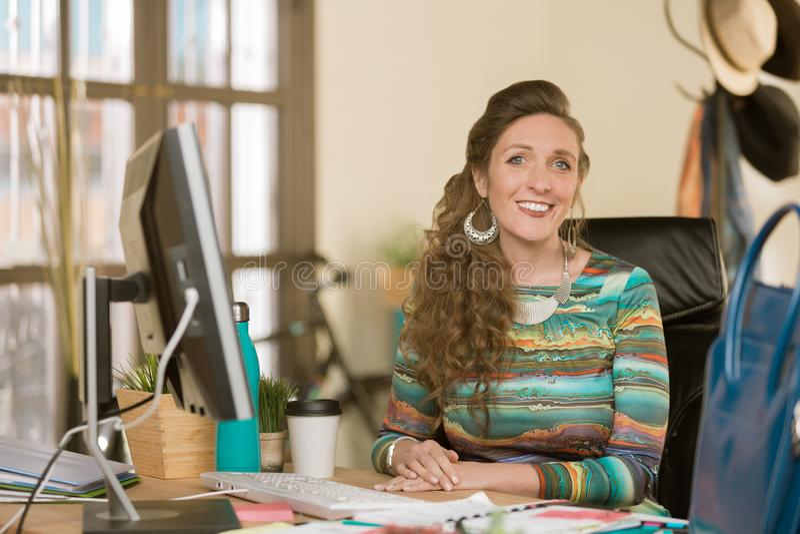 Modieuze Vrouw in een Creatief Bureau royalty-vrije stock afbeeldingen