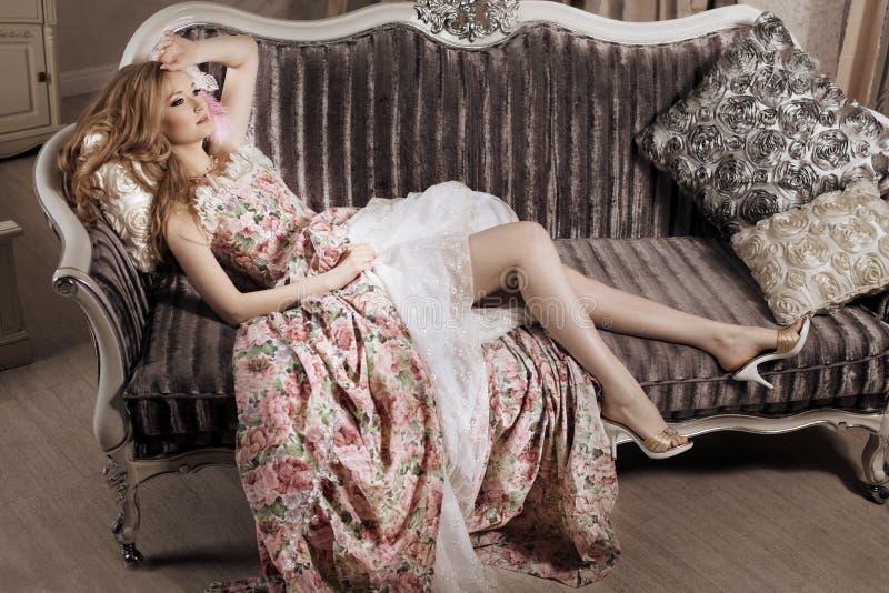 Modieuze vrouw in luxueuze binnenlands stock afbeelding