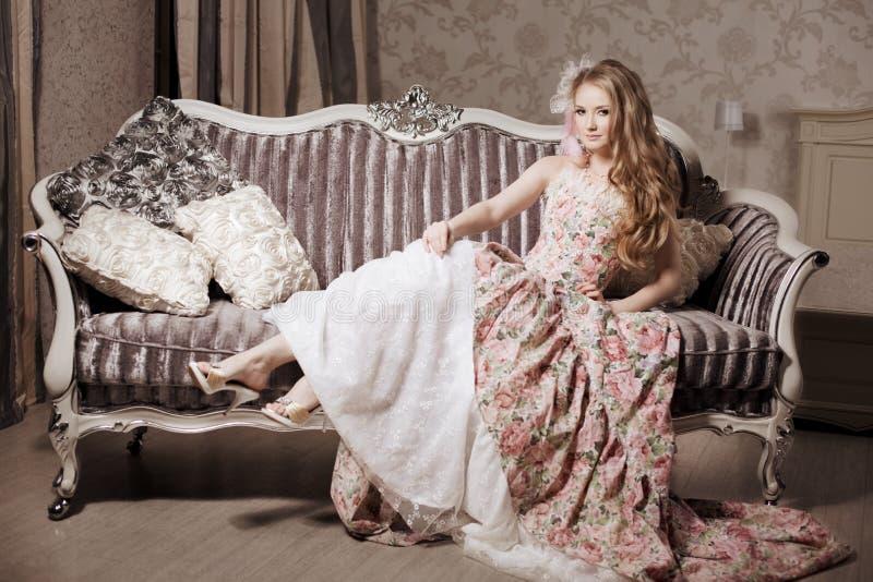 Modieuze vrouw in luxueuze binnenlands royalty-vrije stock afbeeldingen