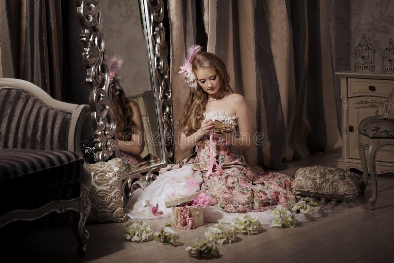 Modieuze vrouw in luxueuze binnenlands stock fotografie