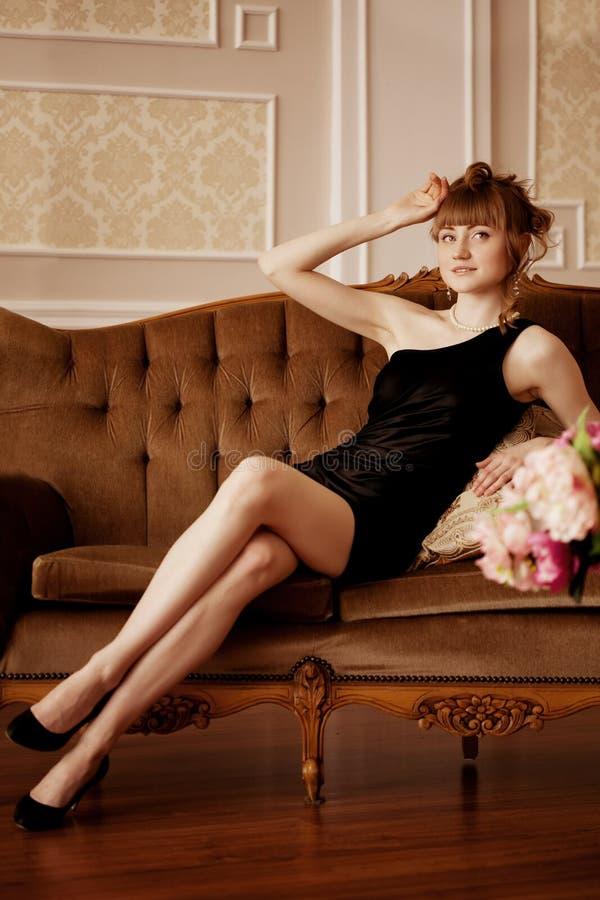 Modieuze vrouw in luxueuze binnenlands royalty-vrije stock foto