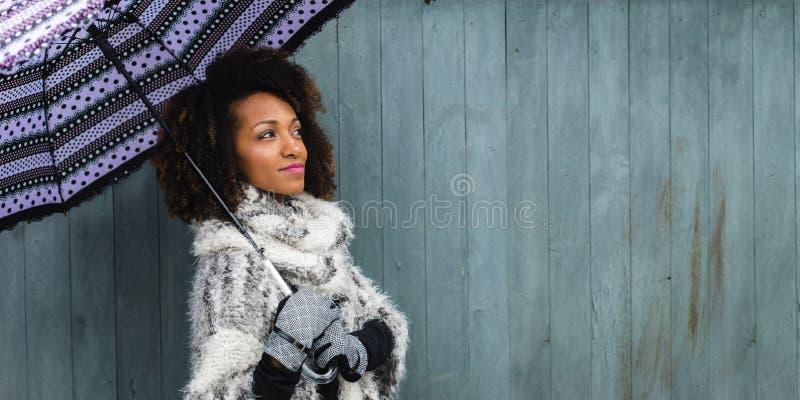Modieuze vrouw met een paraplu in de winter royalty-vrije stock afbeeldingen