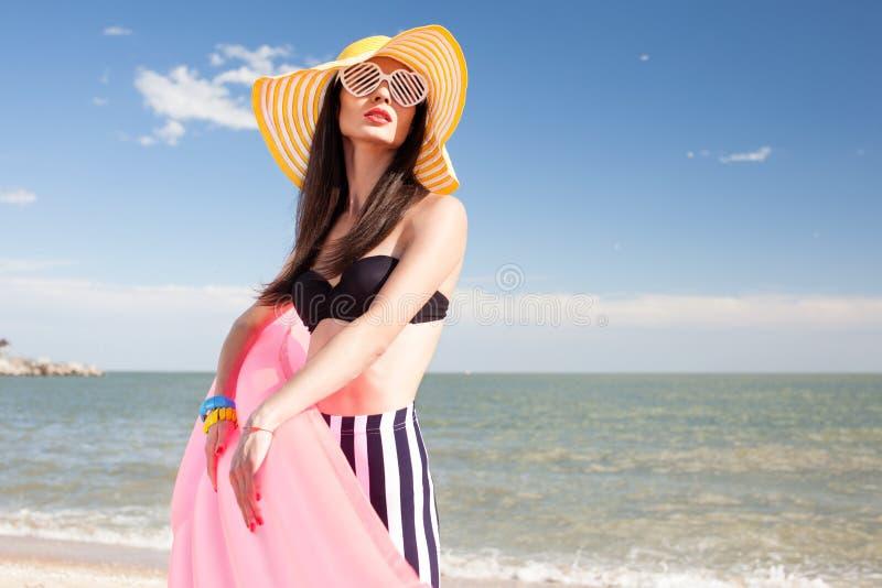 Modieuze vrouw in modieus zwempak stock afbeelding