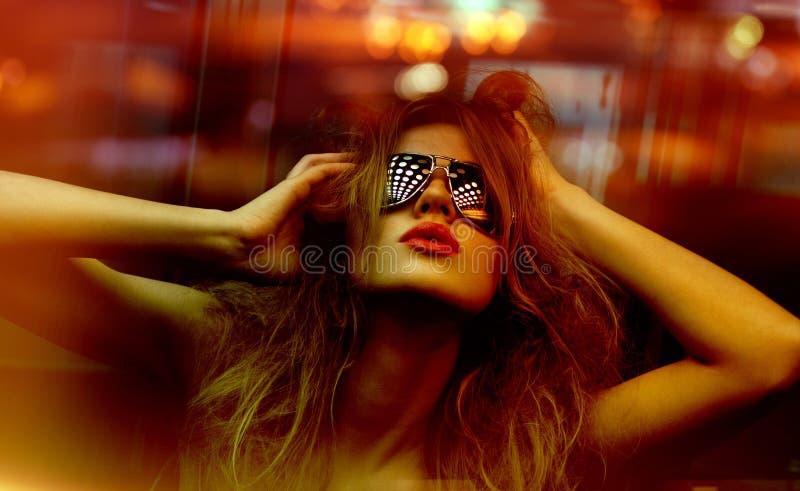 Modieuze vrouw in nachtclub stock fotografie