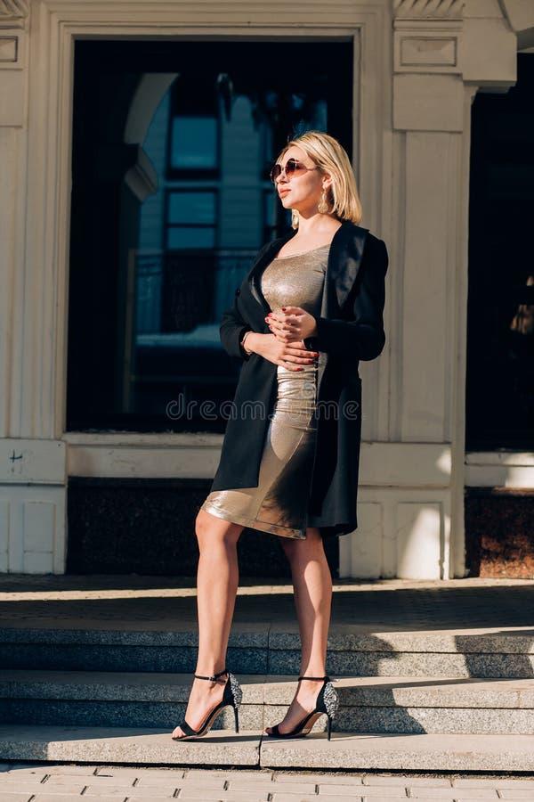 Modieuze vrouw op stadsstraat royalty-vrije stock fotografie