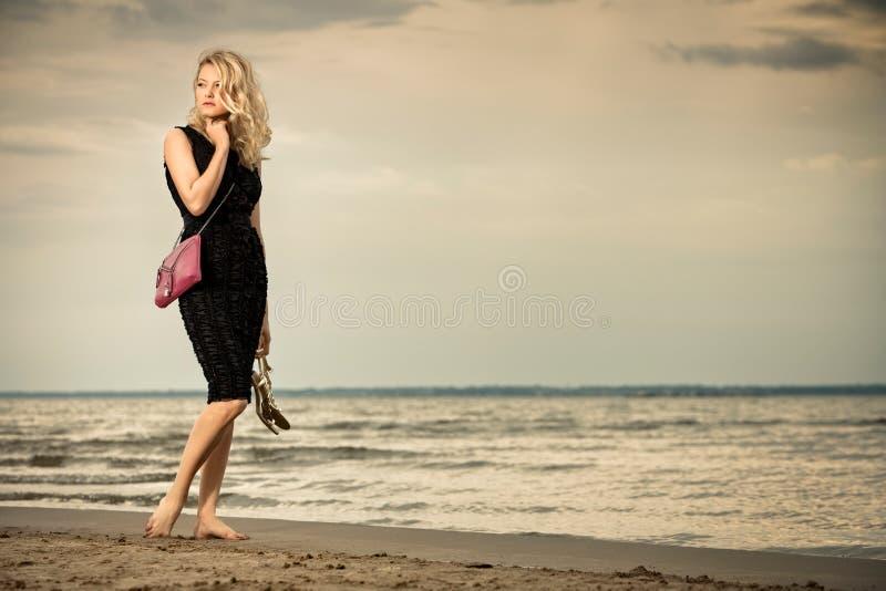 Modieuze vrouw op strand. royalty-vrije stock fotografie