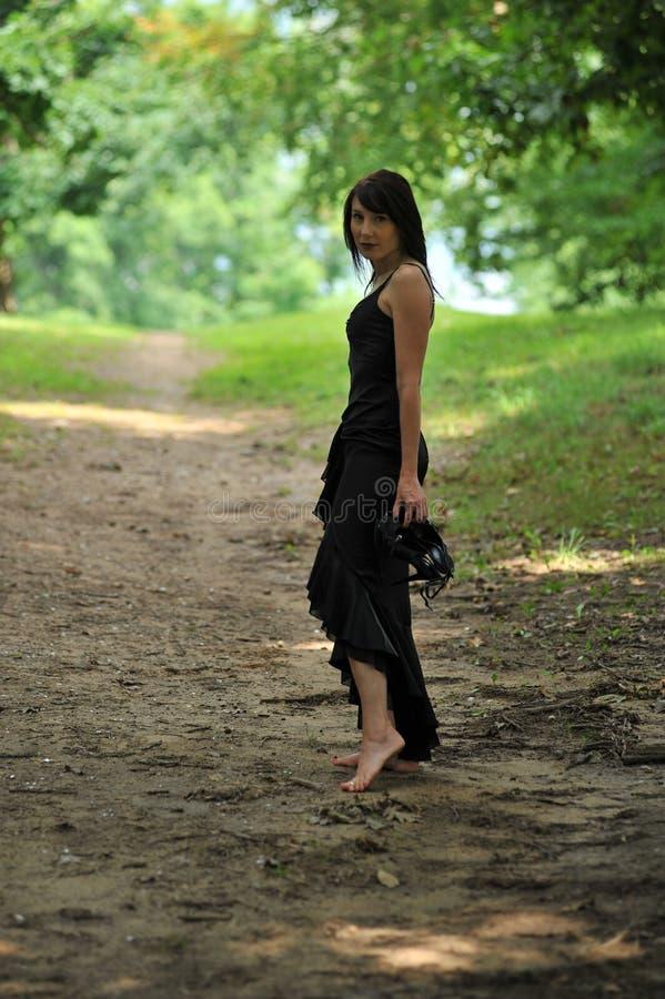 Modieuze vrouw in openlucht royalty-vrije stock afbeeldingen