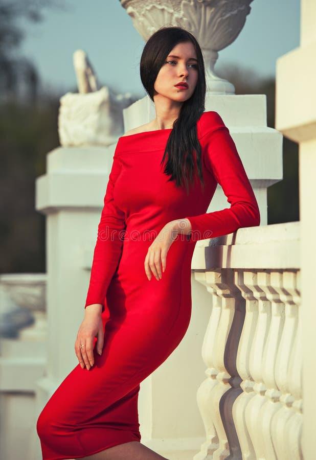 Modieuze vrouw in rode kleding royalty-vrije stock afbeeldingen