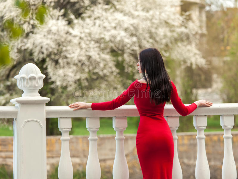 Modieuze vrouw in rode kleding stock afbeeldingen