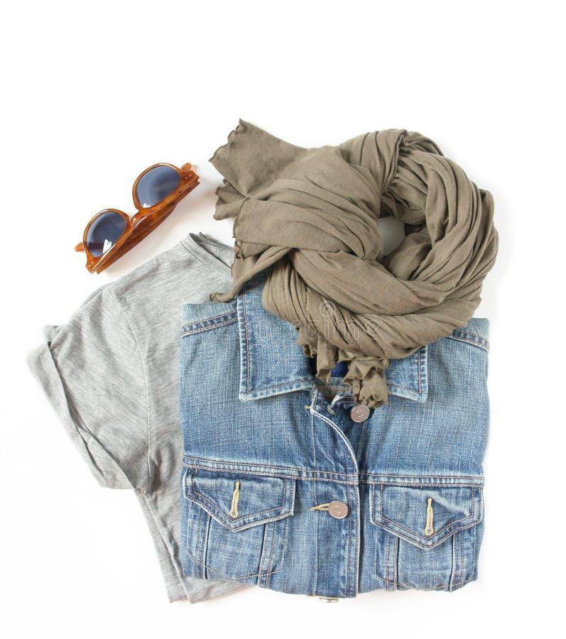 Modieuze vrouwelijke geplaatste kleren Vrouw/meisjesuitrusting op witte achtergrond Blauw denimjasje, grijze t-shirt, sjaal en re stock foto's