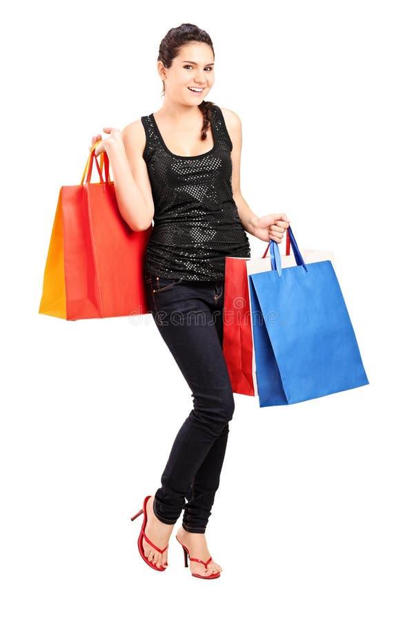 Modieuze vrouwelijke holdingsbos van het winkelen zakken stock foto's