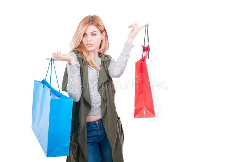 Modieuze vrouwelijke of modelmeisjesholding het winkelen zakken royalty-vrije stock afbeelding