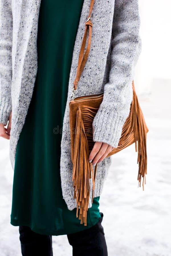 Modieuze vrouwen` s uitrusting Groene kleding, witte laag, leerzak stock afbeeldingen