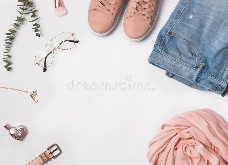 Modieuze vrouwen` s uitrusting voor de lente of de zomer stock fotografie