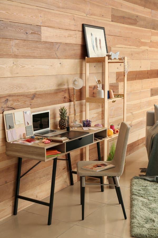 Modieuze werkplaats van ontwerper met moderne laptop royalty-vrije stock fotografie