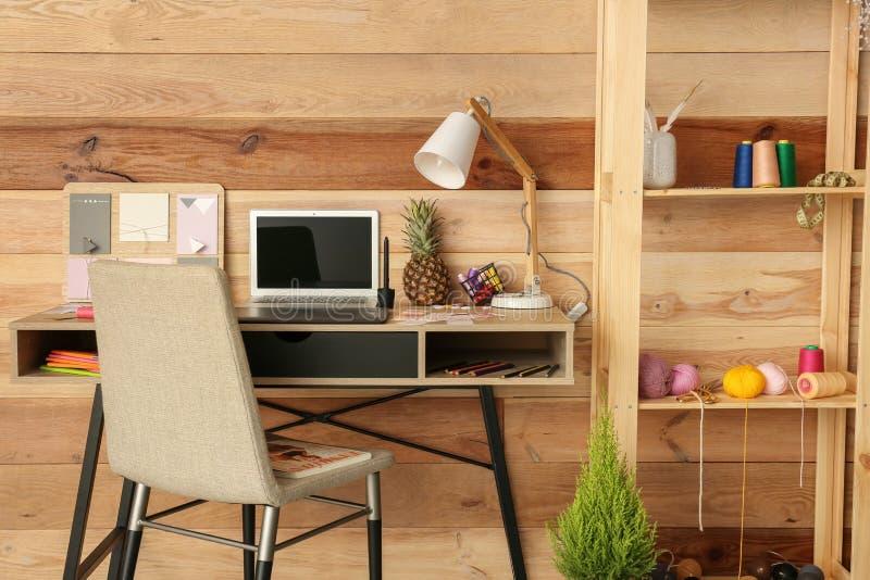 Modieuze werkplaats van ontwerper met moderne laptop stock afbeelding