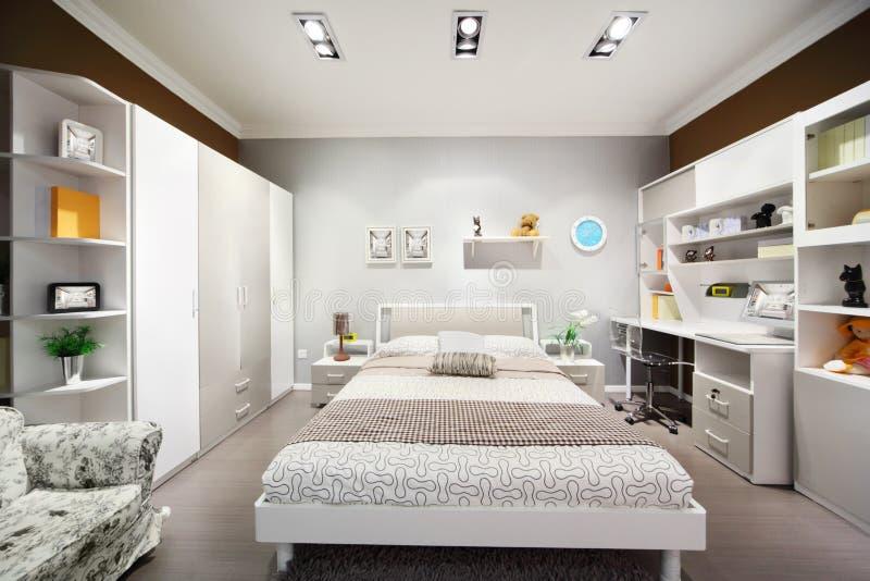 Modieuze Wit-bruine Slaapkamer Met Tweepersoonsbed Stock Afbeelding ...