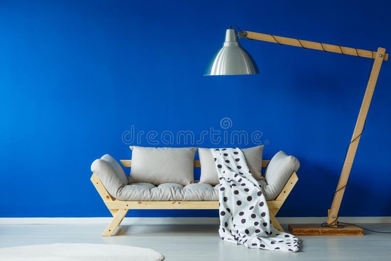 Modieuze woonkamer met meubilair stock foto