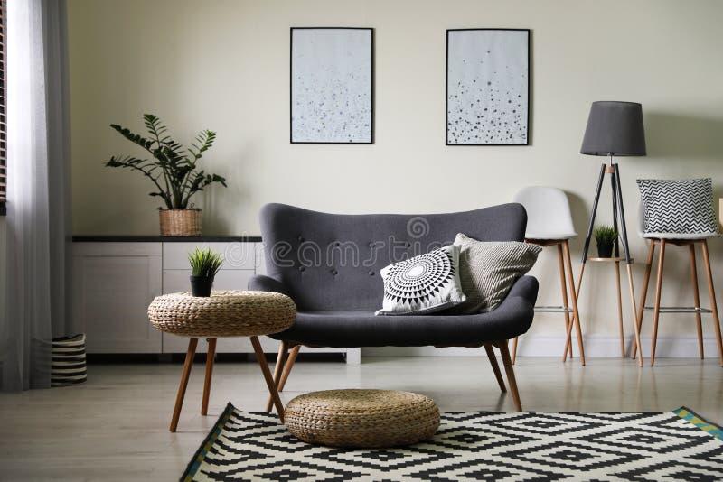 Modieuze woonkamer met modern meubilair en modieus decor royalty-vrije stock foto's
