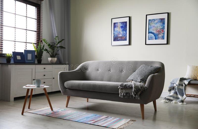 Modieuze woonkamer met modern meubilair en modieus decor Idee voor I stock foto