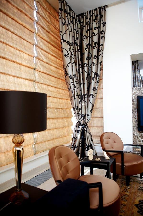 Modieuze woonkamer met trendy meubilair royalty-vrije stock foto's