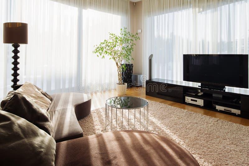 Modieuze woonkamer voor grote familie met TV-reeks stock afbeeldingen