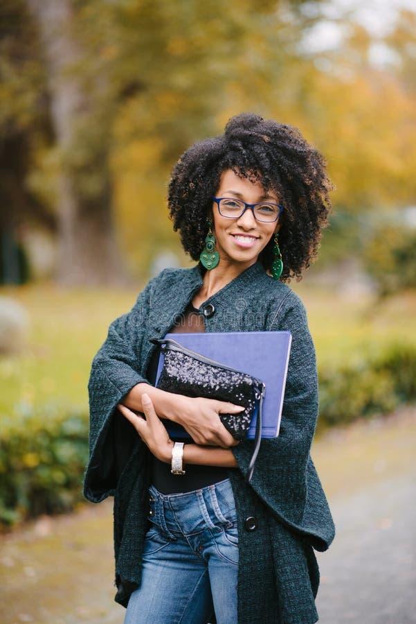 Modieuze zwarte professionele vrouw in de herfst royalty-vrije stock fotografie