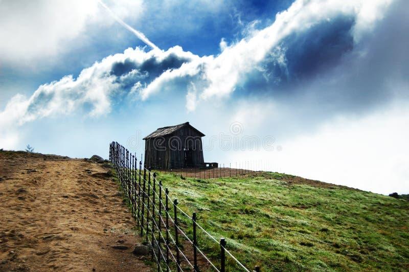 Modific il terrenoare la vista della natura dell'erba dell'azienda agricola del cielo della nube del prato fotografia stock