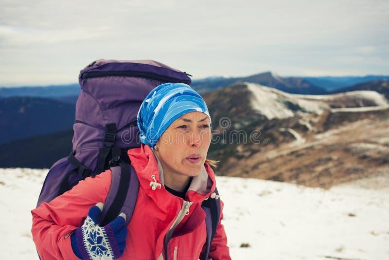 Modig flicka med en ryggsäck fotografering för bildbyråer