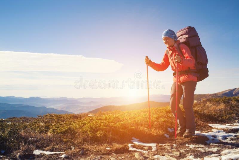 Modig flicka med en ryggsäck royaltyfri foto