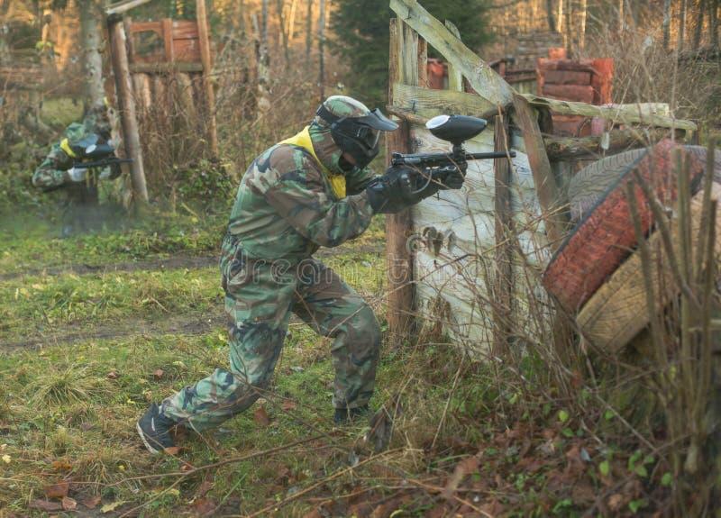 Modig lekplatsarena för Paintball med vapen och maskeringsutbildning arkivbilder