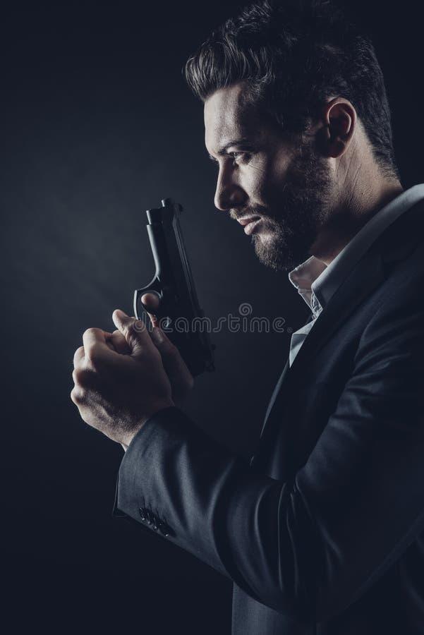 Modig man med handeldvapnet arkivfoto